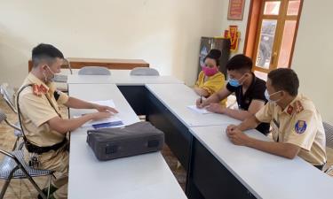 Đội Cảnh sát giao thông - Trật tự, Công an thị xã Nghĩa Lộ làm việc với H.V.T, sinh năm 2004, trú tại bản Sang Đốm, xã Nghĩa Lợi và đại diện gia đình.
