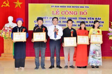 Lãnh đạo huyện Văn Yên tặng giấy khen cho các tập thể, cá nhân xã Ngòi A có thành tích xuất sắc trong xây dựng nông thôn mới.