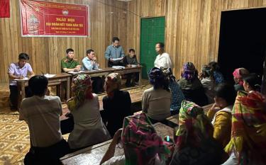 Công an xã Túc Đán tuyên truyền pháp luật tại cơ sở.