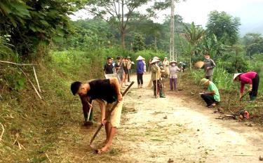 Nhân dân xã Đông Cuông vệ sinh đường làng ngõ xóm, tạo cảnh quan sạch đẹp.