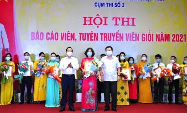 Ban tổ chức trao giải Nhất cho thí sinh Nguyễn Thị Thu thuộc Đảng bộ Sở GD&ĐT.
