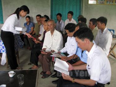 Cán bộ tư pháp huyện Yên Bình tuyên truyền pháp luật về khiếu nại, tố cáo đến người dân.