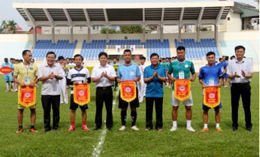 Ban tổ chức Giải trao cờ lưu niệm cho các đội bóng đá tham dự giải.