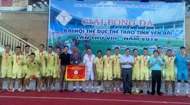 Ban tổ chức giải bóng đá Đại hội TDTT tỉnh lần thứ VIII, năm 2018  trao huy chương vàng và cờ lưu niệm cho thành phố Yên Bái.
