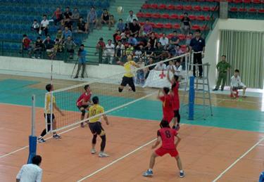 Trận chung kết bóng chuyền nam giữa đội Công an tỉnh và đội Trấn Yên.