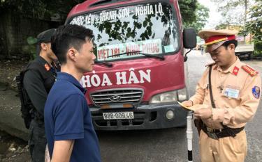 Đội CSGT số 4, Phòng Cảnh sát giao thông Công an tỉnh Yên Bái thực hiện tổng kiểm tra đối với ô tô chở khách