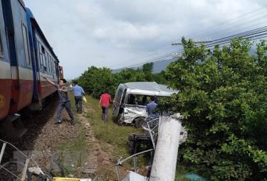Hiện trường vụ tàu hỏa tông ôtô, 4 người thương vong tại Bình Thuận.