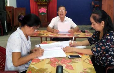 Bí thư Chi bộ 2 Đỗ Xuân Túc trao đổi với lãnh đạo các chi bộ trong Đảng ủy phường Pú Trạng về cách tổ chức hội nghị chuyên đề.