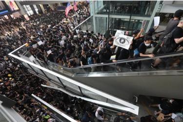 Hàng ngàn người biểu tình chiếm nhà ga sân bay quốc tế Hồng Kông