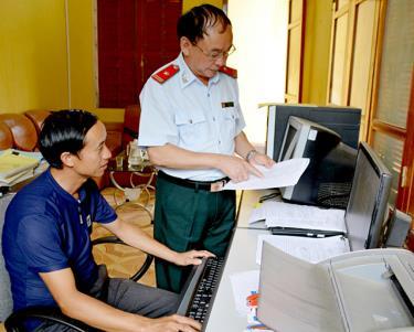 Lãnh đạo Cơ quan Kiểm tra - Thanh tra huyện Trạm Tấu trao đổi nghiệp vụ chuyên môn với cán bộ. Ảnh: Nguyễn Giang