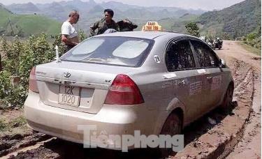 Chiếc xe taxi được tìm thấy ở đoạn đường vắng, sình lầy