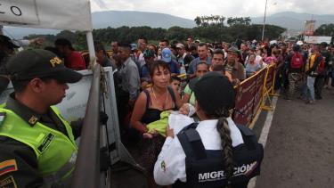 Các công dân Venezuela vượt qua cây cầu quốc tế Simon Bolivar từ San Antonio del Tachira ở Venezuela để sang Norte de Santander của Colombia ngày 10/2/2018.