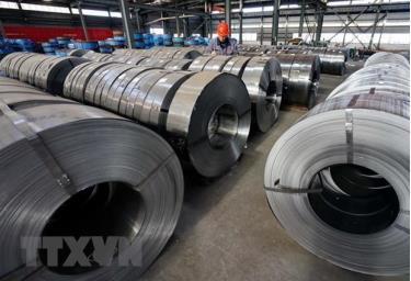 Công nhân làm việc tại một nhà máy thép ở tỉnh Hà Bắc của Trung Quốc.
