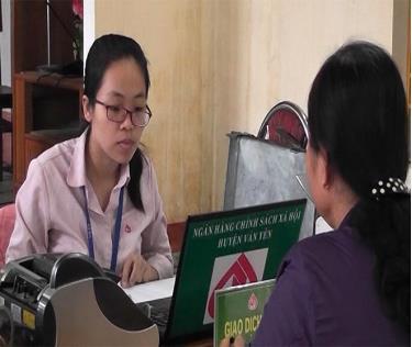 Ngân hàng Chính sách xã hội huyện Văn Yên làm thủ tục cho vay vốn với các đối tượng chính sách.
