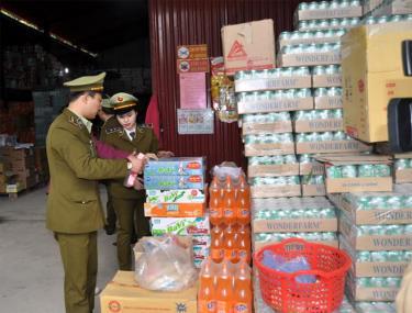 Cán bộ Cục Quản lý thị trường tỉnh tăng cường công tác phòng, chống buôn lậu trên địa bàn tỉnh Yên Bái.