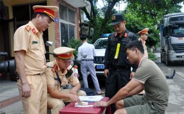 Cán bộ phòng Cảnh sát giao thông Công an tỉnh Yên Bái kiên quyết xử lý các trường hợp vi phạm.