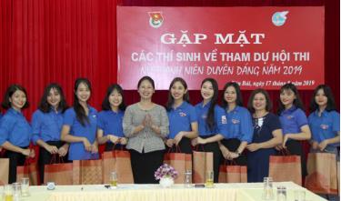 Lãnh đạo Tỉnh đoàn Yên Bái và Hội LHPNN tỉnh tặng quà cho các thí sinh tham dự Hội thi.