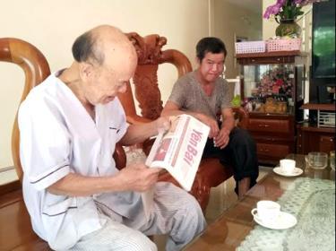 Đọc Báo Yên Bái là một sở thích đặc biệt của cụ Trần Tính.
