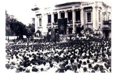 Cuộc mít-tinh phát động khởi nghĩa giành chính quyền do Mặt trận Việt Minh tổ chức tại Nhà hát Lớn Hà Nội ngày 19-8-1945. (Ảnh tư liệu)