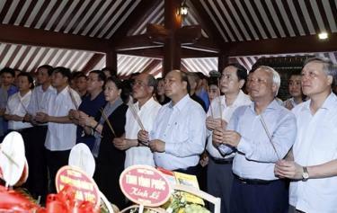Thủ tướng Nguyễn Xuân Phúc, Chủ tịch Quốc hội Nguyễn Thị Kim Ngân, nguyên Chủ tịch Quốc hội Nguyễn Sinh Hùng dâng hương tưởng niệm Chủ tịch Hồ Chí Minh.