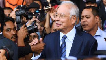 Cựu Thủ tướng Najib Razak rời toàn án ở Kuala Lumpur ngày 12/12/2018.
