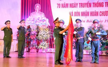 Thừa ủy quyền của Chủ tịch nước, Thiếu tướng Trần Ngọc Tuấn - Phó Tư lệnh Quân khu 2 trao Huân chương Bảo vệ Tổ quốc hangj Ba cho Trung đoàn 174.
