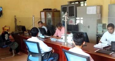Cán bộ Bộ phận Phục vụ hành chính công xã Lao Chải, Mù Cang Chải phục vụ người dân.