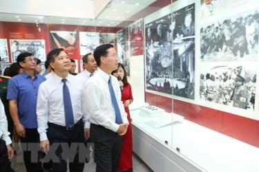Ông Võ Văn Thưởng, Ủy viên Bộ Chính trị, Bí thư Trung ương Đảng, Trưởng Ban Tuyên giáo Trung ương cùng các đại biểu tham quan trưng bày.