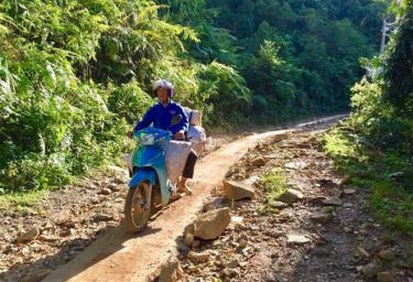 Đến nay, huyện Mù Cang Chải đã hoàn thành 45 km đường rộng 1 mét ở các thôn, bản vùng cao.