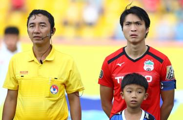 Trợ lý Nguyễn Trung Nam (trái) mắc sai sót trong bàn thua của HAGL.