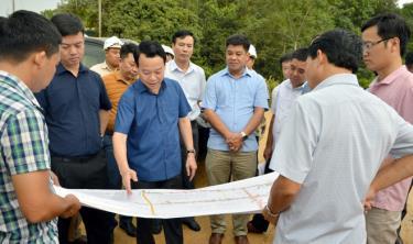 Đồng chí Đỗ Đức Duy - Chủ tịch UBND tỉnh kiểm tra  bình đồ tổng thể Dự án đường nối quốc lộ 32C với cao tốc Nội Bài – Lào Cai.