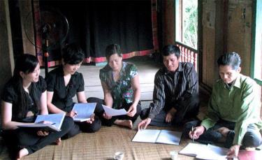 Cán bộ huyện Trạm Tấu tuyên truyền, vận động nhân dân xây dựng nông thôn mới.