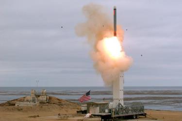 Tên lửa hành trình tầm trung được bắn từ một bệ phóng di động trên đảo San Nicolas của California.
