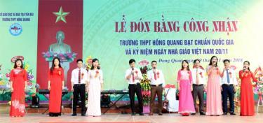 Giáo viên của trường biểu diễn văn nghệ trong Lễ đón Bằng công nhận Trường đạt chuẩn quốc gia.
