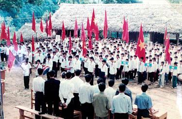 Giờ chào cờ của thầy và trò Trường Trung học phổ thông Hồng Quang năm học 1999 - 2000.