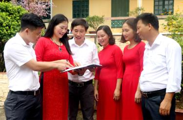Các thầy cô giáo trong Tổ Khoa học Xã hội - Ngoại ngữ thường xuyên trao đổi công tác chuyên môn để nâng cao chất lượng giảng dạy.