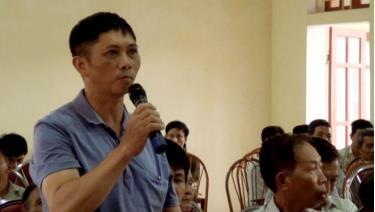 Cử tri xã Hán Đà phát biểu ý kiến bày tỏ tâm tư nguyện vọng tại buổi tiếp xúc cử tri.