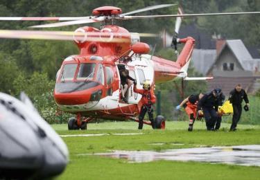 Trực thăng vận chuyển người bị thương đi cấp cứu.