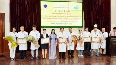 Bộ trưởng Bộ Y tế tặng Bằng khen cho các tập thể của Bệnh viện Việt Đức