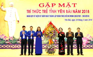Các đồng chí lãnh đạo Thường trực Tỉnh ủy tặng hoa chúc mừng Tinh đoàn Yên Bái nhân kỷ niệm 87 năm ngày thành lập Đoàn TNCS Hồ Chí Minh (26/3/1931 - 26/3/2018)