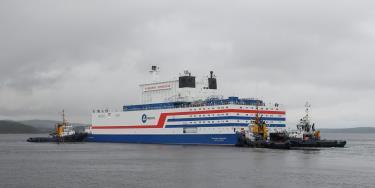 Nhà máy điện hạt nhân nổi Akademik Lomonosov bắt đầu hành trình từ cảng Murmansk tới cảng Pevek, thuộc khu vực Chukotka, Siberia.