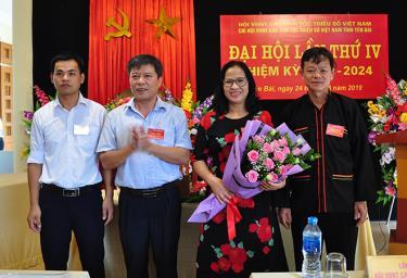 Họa sĩ Nguyễn Đình Thi - Chủ tịch Hội Liên hiệp Văn học nghệ thuật tỉnh tặng hoa chúc mừng Ban chấp hành Chi hội khóa IV