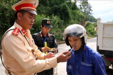 Lực lượng cảnh sát giao thông huyện Mù Cang Chải đo kiểm tra nồng độ cồn người điều khiển phương tiện.