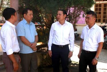 Đồng chí Trần Ngọc Luận - Chủ tịch UBND huyện Trạm Tấu ( thứ 2 từ phải qua trái) trao đổi với lãnh đạo xã Trạm Tấu về tình hình phát triển kinh tế - xã hội tại địa phương.