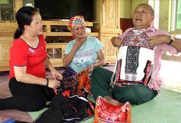 Ông Đặng Hồng Quân giới thiệu về bộ trang phục của con gái dân tộc Dao quần trắng trước khi đi làm dâu.