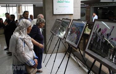 Khách tham quan tại buổi khai mạc Triển lãm ảnh