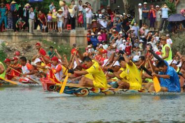 Tranh tài đua thuyền trong tiếng hò reo cổ vũ của bà con.