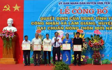 Các tập thể, cá nhân có thành tích xuất sắc trong phong trào xây dựng nông thôn mới ở xã Lâm Giang được nhận giấy khen của UBND huyện. (Ảnh: Thanh Tân)