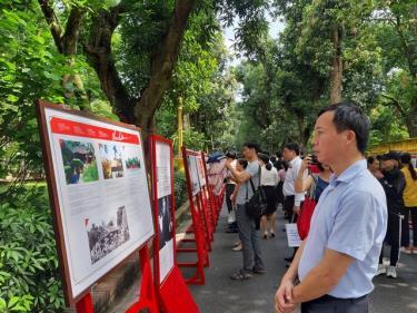 Triển lãm thu hút nhiều người đến xem.