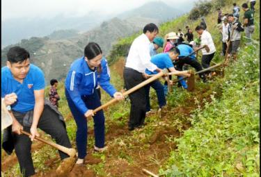 Thanh niên Yên Bái tham gia khai hoang 5ha công trình ruộng bậc thang tại bản Nậm Pẳng, xã Nậm Có, huyện Mù Cang Chải hưởng ứng Chương trình